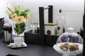 drevená dekorácia na stole s kávou