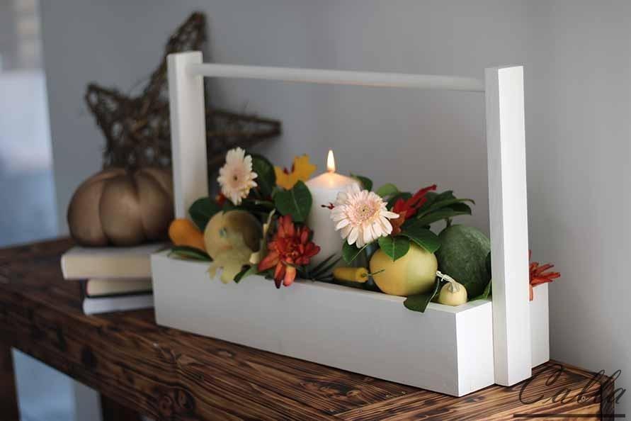 drevená dekorácia s kvetinami