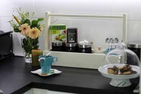 stolová dekorácia s kávou a keksíkmi