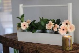 dekorácia na stôl zdobená kvetinami