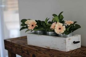 drevená dekorácia na stôl so 4 vedierkami a kvetmi
