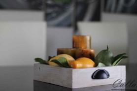 dreveny podnos na jedalenskom stole