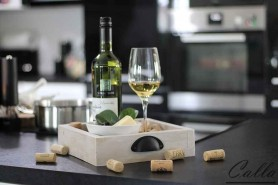 stolovy podnos na stole s vinom a syrom