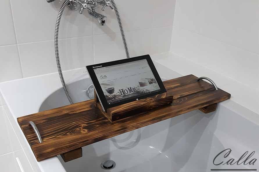 drevený podnos na tablet v kúpeľni