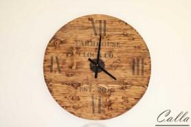 drevené hodiny na stene