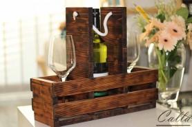 Drevená stolová vinotéka pre jednu fľašu a dva poháre