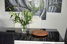 drevený podnos na stôl v exteriéri s kávou