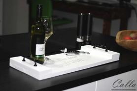 ručne robená drevená tácka s vínom na stole