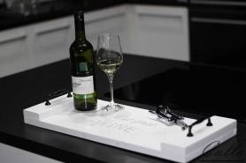 drevená tácka s vínom biela