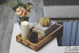 drevená tácka s knihami a sviečkou a kvetmi na stole