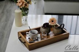 ručne robená tácka z dreva s kávou a kvetmi