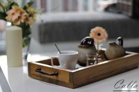 servírovacia drevená tácka s kávou