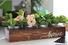 rucne vyrabany podnos na stole s kvetmi