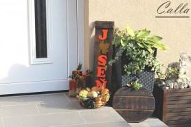 sezónna dekorácia jeseň pred vchodovými dverami