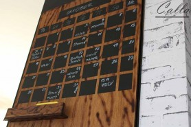 drevený kalendár s kriedovou tabuľou