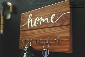 drevený vešiak na kľúče s nápisom