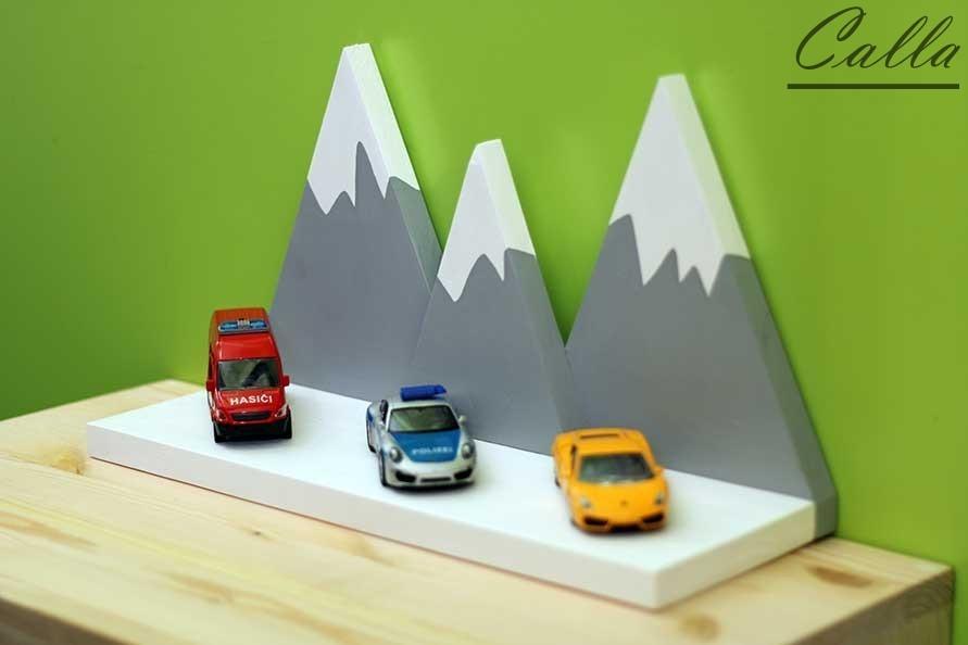 drevená dekorácia, stojan pre autíčka do detskej izby