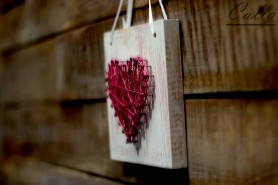 drevená dekorácia srdiečko s klinčekmi bielo rúžová patina