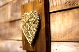 ručne robené srdce z klincov na hnedom dreve
