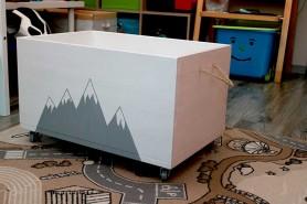 truhlica na hracky biela s motivom hory
