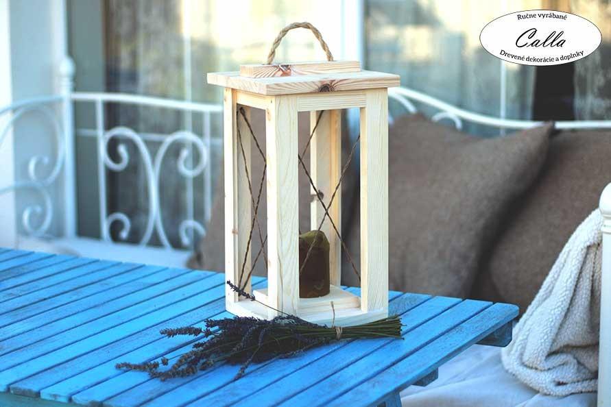 rustikálna lucerna so špagátom na modrom stole