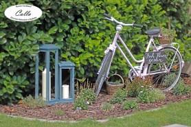 rustikálna drevená lucerna vedľa bicykla v provensálskom štýle