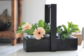 čierny podnos s kvetmi