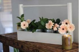 billy ponds s kvetmi vo vedierku a sviečka na stole