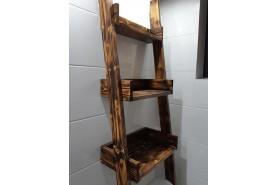drevený regál v bielen kúpelni nad WD