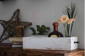 podnos v hnedej patine na drevenom stole
