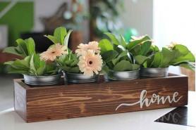 podnos s kvetmi vo vedierkach