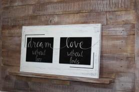 drevená tabuľa s ručne maľovaným textom