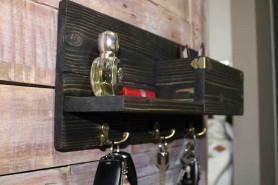 vešiak na kľúče s poličkou a kovovými prvkami