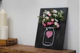 ručne maľovaný obraz s lykovým srdiečkom a kvetmi. 3D obraz rustikálny