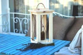 drevený lampášik vhodný do záhrady so špagátovým úchytom