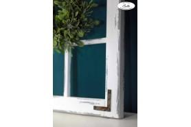 drevené okno s kovaním na rohoch vo vidieckom štýle