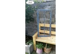 drevené okno v modrej farbe s kovaním