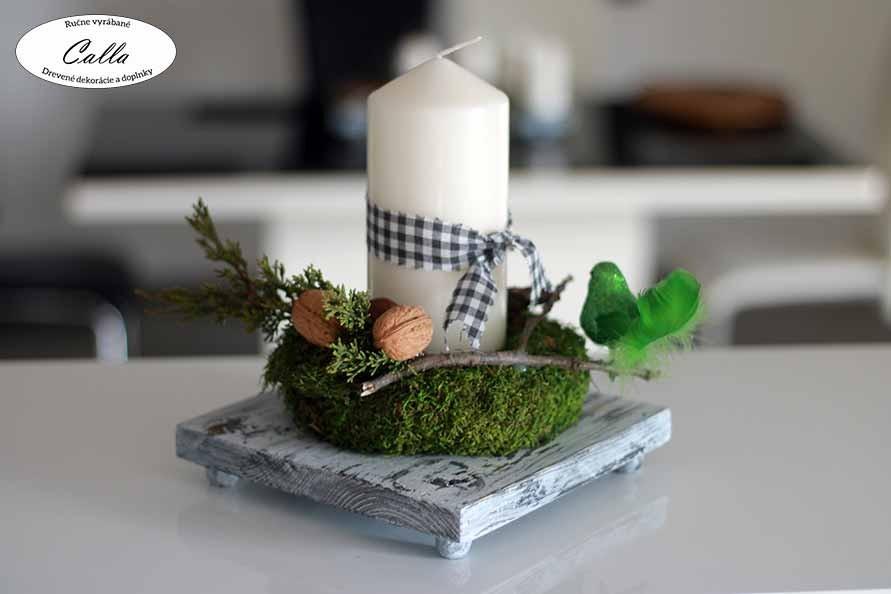 drevená dekorácia na stôl s jednou sviečkou