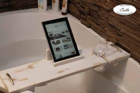drevený podnos na vaňu ako doplnok do kúpeľňe