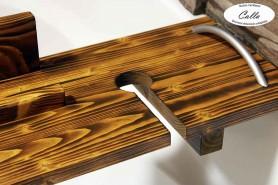 rustikálny drevený podnos na vaňu s držiakom na tablet a pohár vína