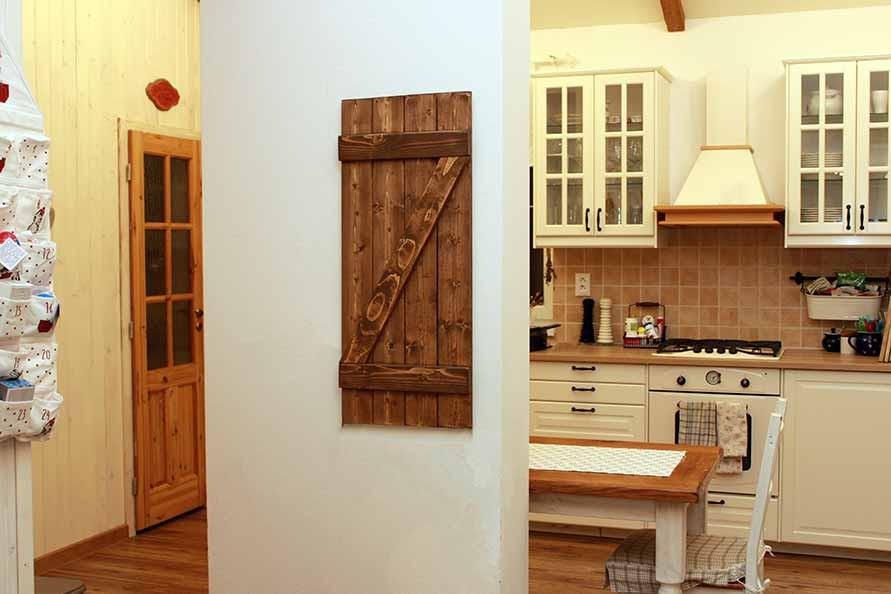 drevená okenica na stenu vo vidieckom štýle