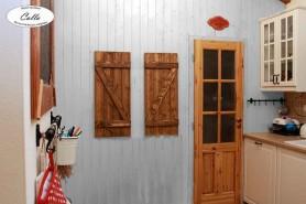 drevené dekoratívne okenice vo vidieckom šýle