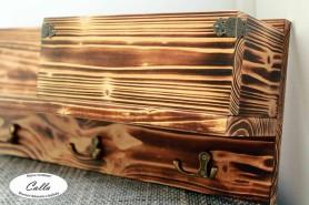 drevený vešiak s regálom opálené drevo