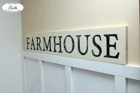 napis FARMHOUSE na stenu s osuchane